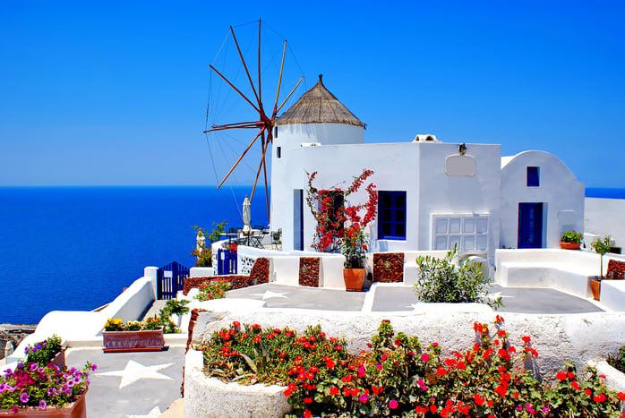 үүн өмнөд европийн бүсэд оршдог Грек нь европ, ази, африк тивийг холбодог гүрэн. Улс төр, соёл, шинжлэх ухааны өлгий нутаг Грек улсад археологийн үнэт өв болох Акрополисийг үзэж болно. Акрополисд Ромын эзэнт гүрний үед баригдсан Херод Аттикус театр байдаг. Тус театрт ихэвчлэн өндөр зэрэглэлийн сонгодог дуурь, балет зэрэ.jpg