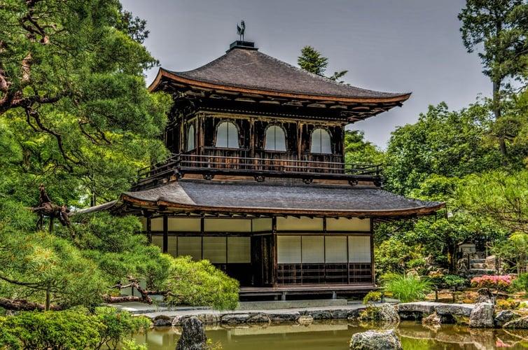 Япон улс нь техник технологи, бүтээн байгуулалт, хөгжил дэвшлээрээ дэлхийд гайхагддаг. Японы нийт газар нутгийн 99%-ийг арлууд эзэлдэг. Наран ургах зүгт байрлах тус улсад 1000 гаруй жилийн түүхтэй сүмээс эхлээд халуун рашааны газрууд,.jpeg