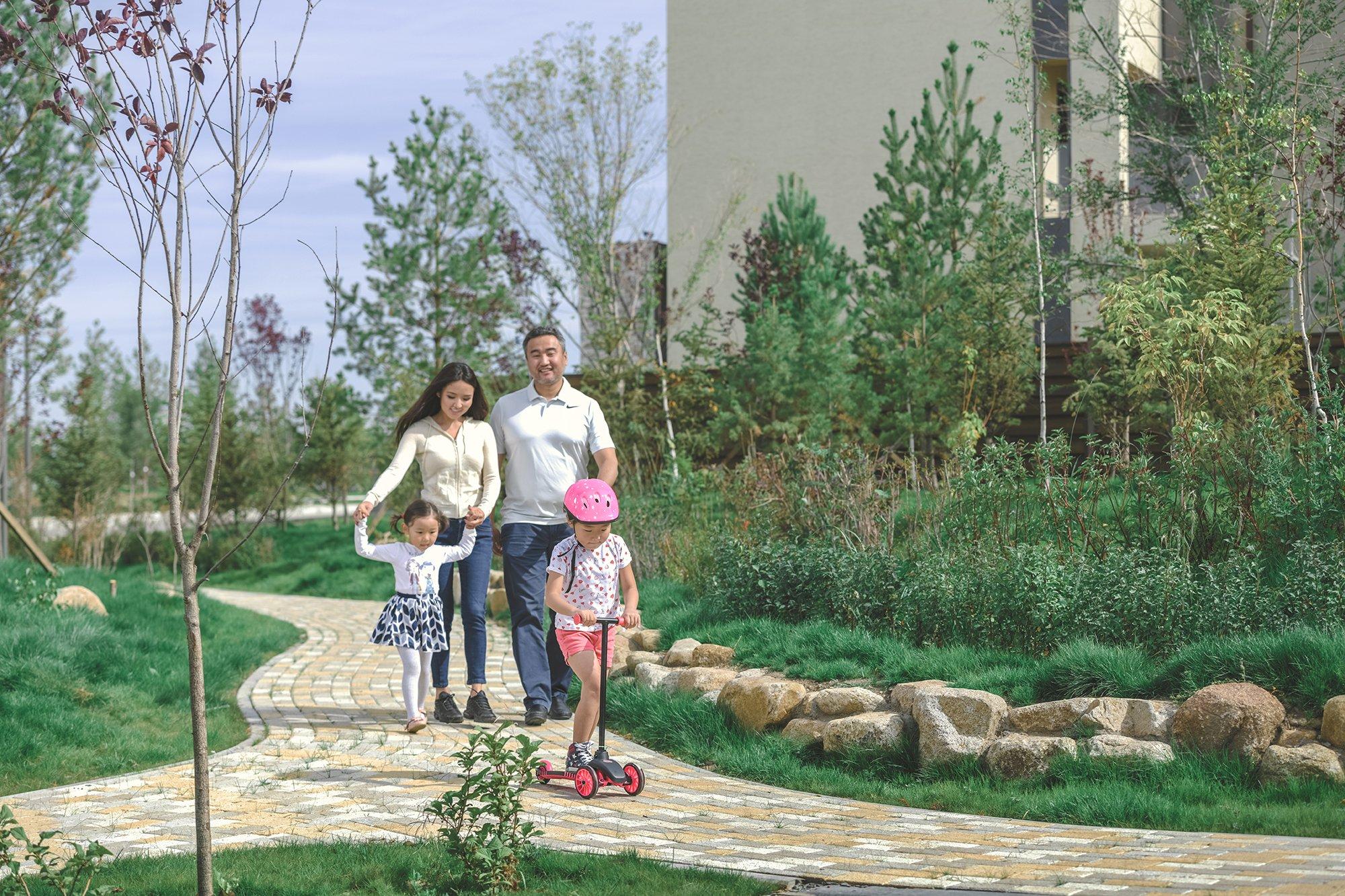 Гэр бүлээрээ алхаж яваа зураг