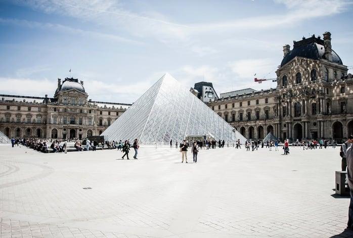 Дэлхийн хамгийн романтик хот гэдгээрээ үеийн үед гадаадын жуулчдыг татсаар ирсэн Парис хот алдарт Эйффелийн цамхаг, Гэгээн дарь эхийн сүм, Ялалтын хаалга, Луврын музейгээрээ сая сая жуулчдыг алмайруулсаар байгаа билээ. Жил бүр ойролцоогоор 83 сая жуулчид Франц улсыг зорин очдог. Үүний 1.5 сая нь Хятад жуулчид байдаг бол үлдсэн жуулчдын ихэнх нь Орос, Бразил, Япон зэрэг улсаас ирдэг байна. .jpg