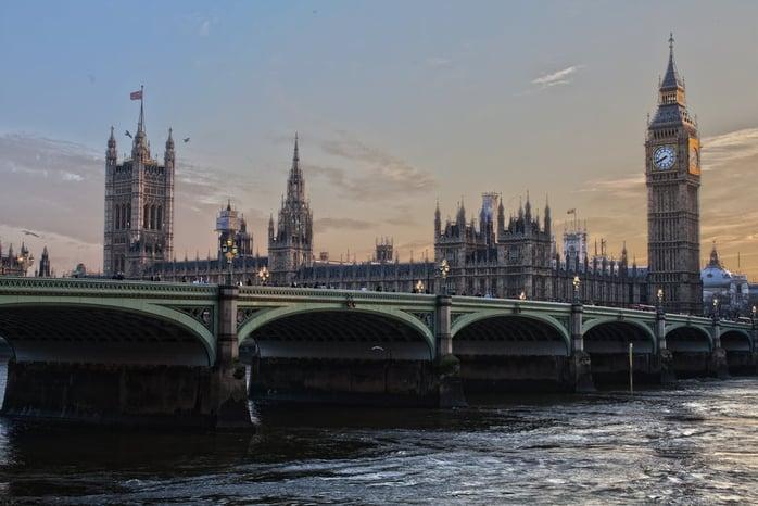 Англи улсын нийслэл Лондон хотод л гэхэд өнгөрсөн оны байдлаар 31.5 сая жуулчид зочилсон бол цаашид 2020 он гэхэд энэхүү тоо 35 хувиар өсөх магадлалтай байна. Хатан хааны төрсөн өдөр болон олимп зэрэг спортын наадмын үеэр Англи улсыг зорих жуулчдын тоо эрс өсдөг байна. Тус улс аялал жуулчлалын салбараас жил бүр 18 тэр бум долларын ашиг олдог..jpeg