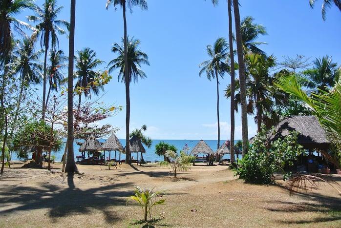 Хэрэв та гэр бүлийн хамт далайн эргээр алхахыг хүсвэл Камбож улсын Ко Тонсей арал танд яг тохирно. Зүүн өмнөд Азид байрлах байгалийн үзэсгэлэнт энэхүү арал нь тайван дөлгөөн уур амьсгалтай бөгөөд эндээс ердөө 30 минутын зайд Раббит арал оршино. Тиймээс гэр бүлээрээ явж буй хүмүүс завь хөлөглөн 2 үзэсгэлэнт арлыг нэг дор үзэх боломжтой. Энэ бүсэд аялал жуулчлал эрчимтэй хөгжиж буй учир жижиг дэн буудлаас эхлээд тансаг зочид буудлаас та сонголтоо хийж болно.jpeg