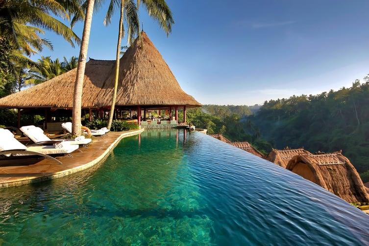 Baalii.jpg Индонези нь номхон далай болон Энэтхэгийн далайгаар хүрээлэгдэн оршдог. Дэлхийн хамгийн том арлын орон буюу.jpg